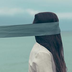 Frau mit Sehschwäche