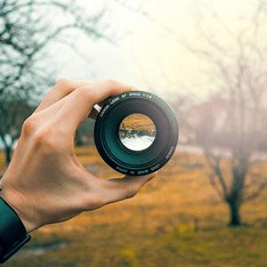 Blick durch Kameraobjektiv