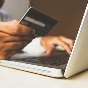 Laptop und Kreditkarte im Ecommerce